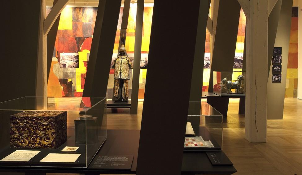 Scénographie de l'exposition La Soie & le Canon