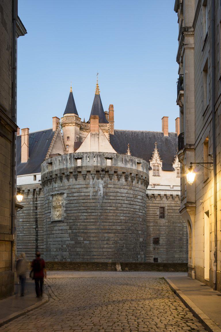 Château des ducs de Bretagne à la tombée de la nuit
